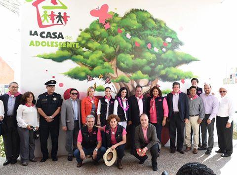 Con funcionarios e invitados a la celebración